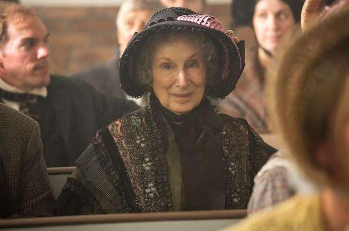 Margaret Atwood en un cameo durante el juicio de Grace.