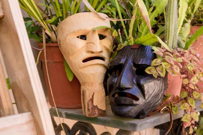 Galpón de las máscaras: Rostros detrás de rostros 1