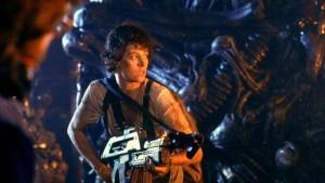 La Teniente Ripley en acción en un tenso pasaje de Aliens (1986)
